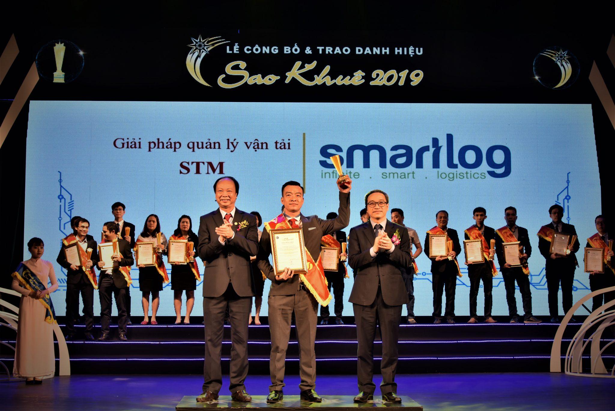 Mr. Nguyen Duy Hong, VP, received the award